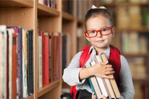 Jente med bøker.