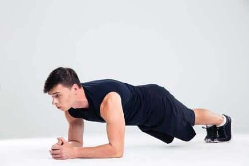 Mageøvelser med planken.