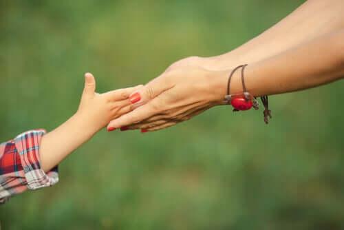 mor og datter holder hender