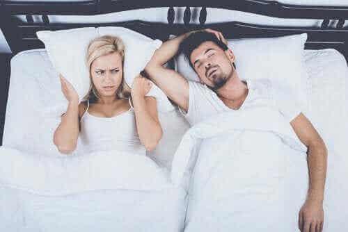 Fire alternative behandlinger for å kontrollere snorking
