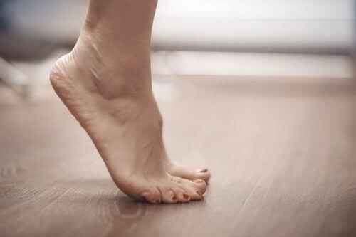 Unngå å stå på tåspissene når du skal behandle smerter i korsryggen.