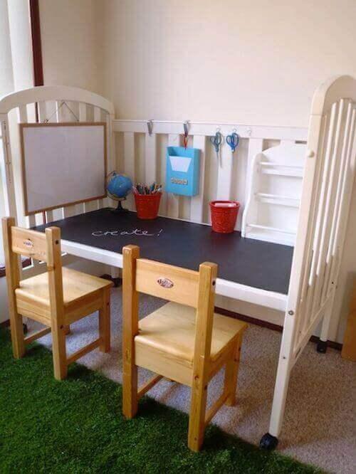 Hjemmelaget pult med 2 stoler foran
