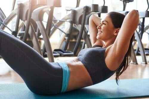 Gode øvelser for magen uten å skade ryggen
