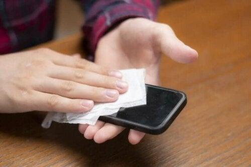 Koronavirus: Lær hvordan du bør rengjøre mobiltelefonen din