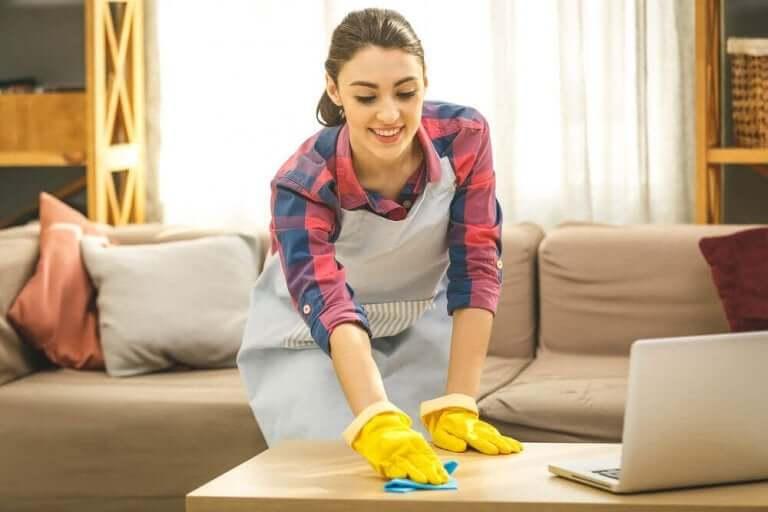 Kvinne rengjør hjemme