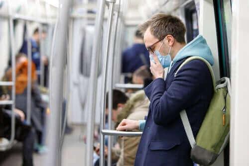 Mann med maske på offentlig transport