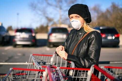 Kvinne handler med maske
