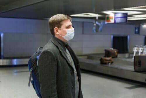 Mann med maske på flyplassen