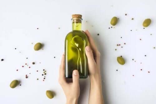 En flaske med olivenolje.