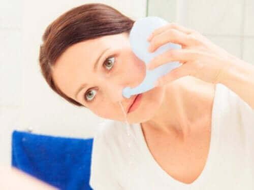 En kvinne som gjør en nesevask.