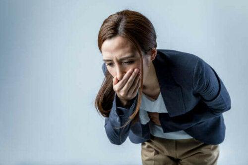 En kvinne som føler seg kvalm