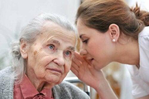 En kvinne som snakker med en eldre dame
