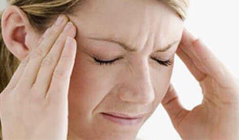 En kvinne med hodepine