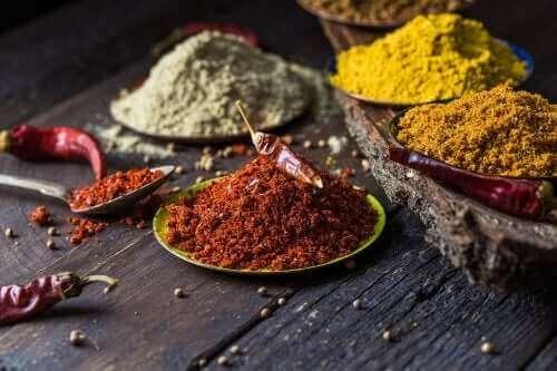 5 naturlige krydder for å bekjempe knesmerter