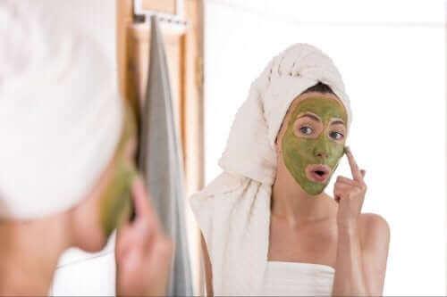 Grønn te mot akne: Virker det egentlig?