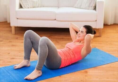 Kvinne som gjør mageøvelser.