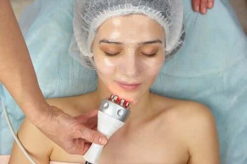 Radiofrekvens hudstramming bruker en ledende gel.