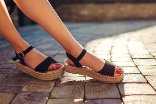 Bli kvitt vond lukt i sandalene dine med disse 3 tipsene