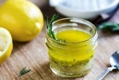 Sitronsaft og olivenolje.