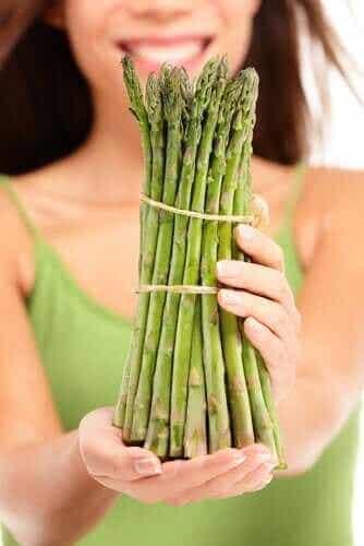 Hvorfor urinen din lukter etter å ha spist asparges