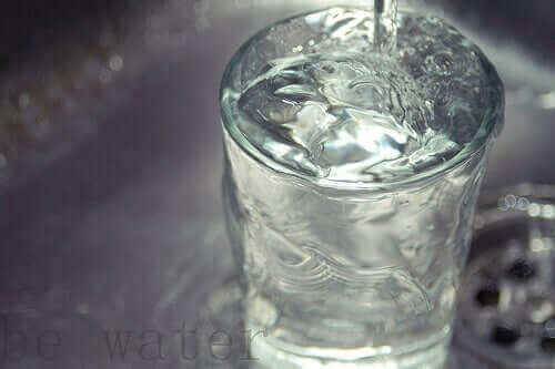 Et glass vann som renner over