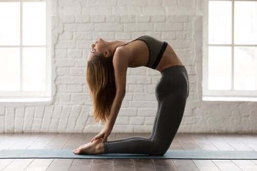 Prøv disse yogastillingene for å trene magemusklene