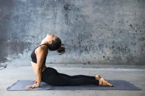 Kobraen er en de beste yogastillingene for å trene magemuskler