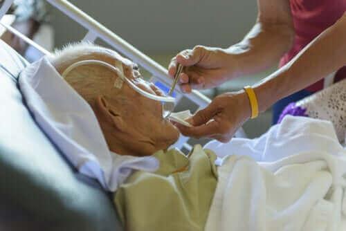Eldre mann på sykehuset