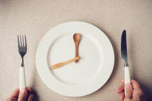 Et fat uten mat på grunn av fasting