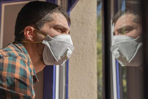 Mann med maske