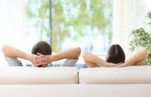 Par slapper av på sofaen