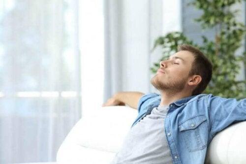 En mann slapper av med lukkede øyne