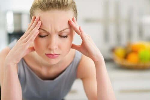Hudpleie og hudens helse: En kvinne med hodepine.