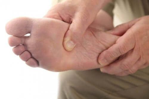 En person som holder en fot.