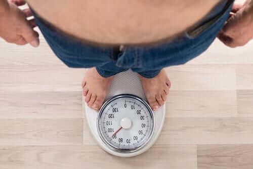 En person som står på en vekt.