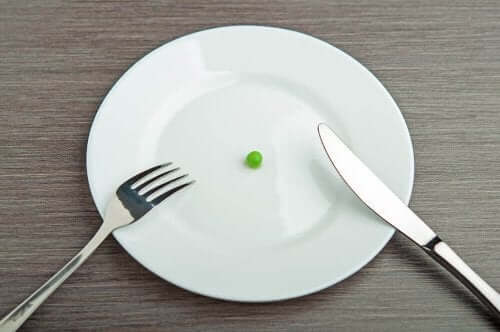 En tallerken med en ert på.