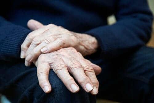 Essensiell tremor: symptomer, årsaker og behandlinger