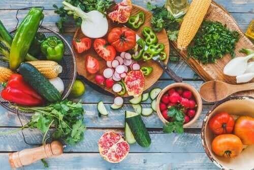 Et utvalg av frukt og grønnsaker.