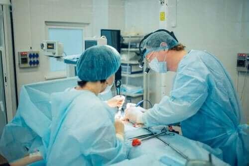Kirurger som utfører abdominal kirurgi.