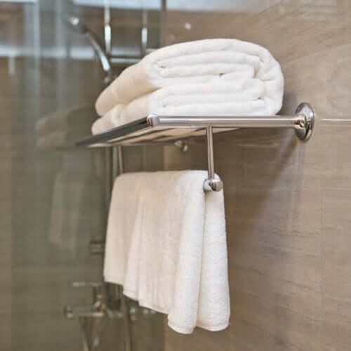 Rene håndklær som henger på badet.