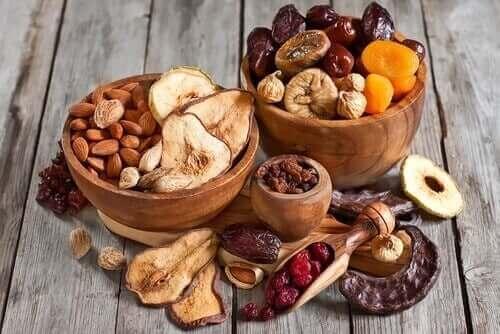 Tørket frukt og nøtter.