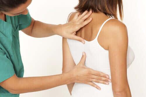 En kvinne som får ryggen sin sjekket