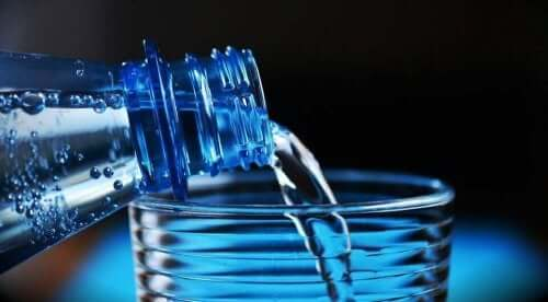 Drikke vann ved en hetebølge.