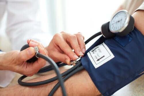En lege sjekker blodtrykket - kortikosteroider
