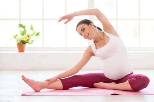 Gravid kvinne tøyer ut