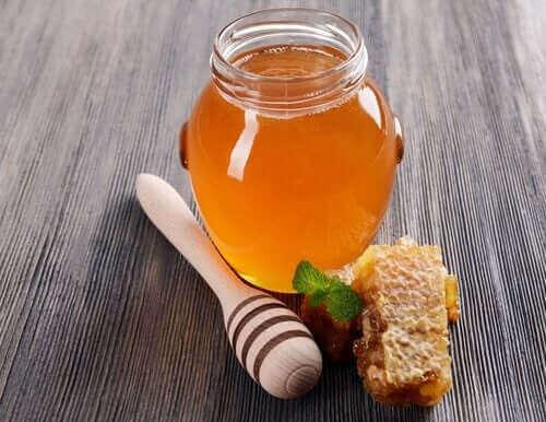 Vent med å la barnet smake honning til det er over 12 måneder.