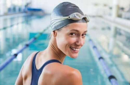 Å bruke en svømmehette er en av de enkleste måtene å beskytte håret mot klor.