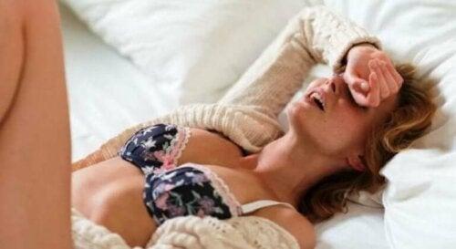 Kvinne som får orgasme.