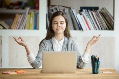 Kvinne som kontrollerer stress.