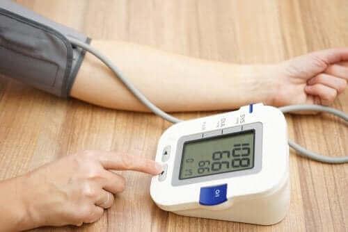 Kvinne som måler blodtrykk.